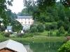 le village vue sur le plan d'eau
